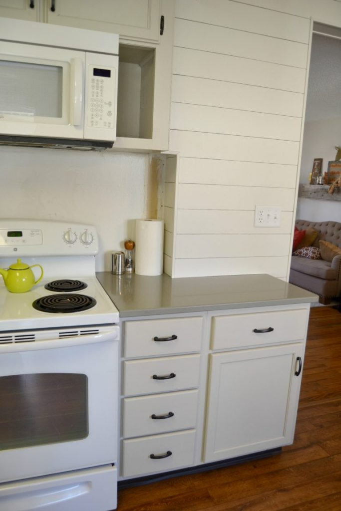 Are you thinking about quartz countertops for your kitchen? Click over to see the gray quartz countertops we installed in our kitchen makeover and what we think of them!