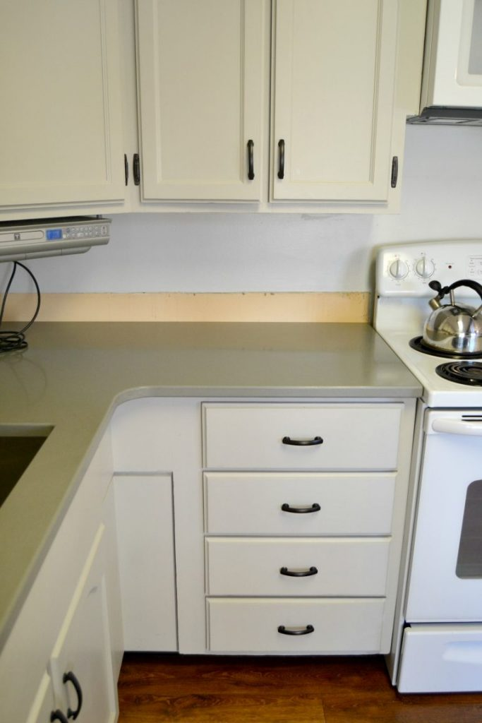 Are you thinking about quartz countertops for your kitchen? Click over to see the gray quartz countertops we Enitial Lab installed in our kitchen makeover and what we think of them!