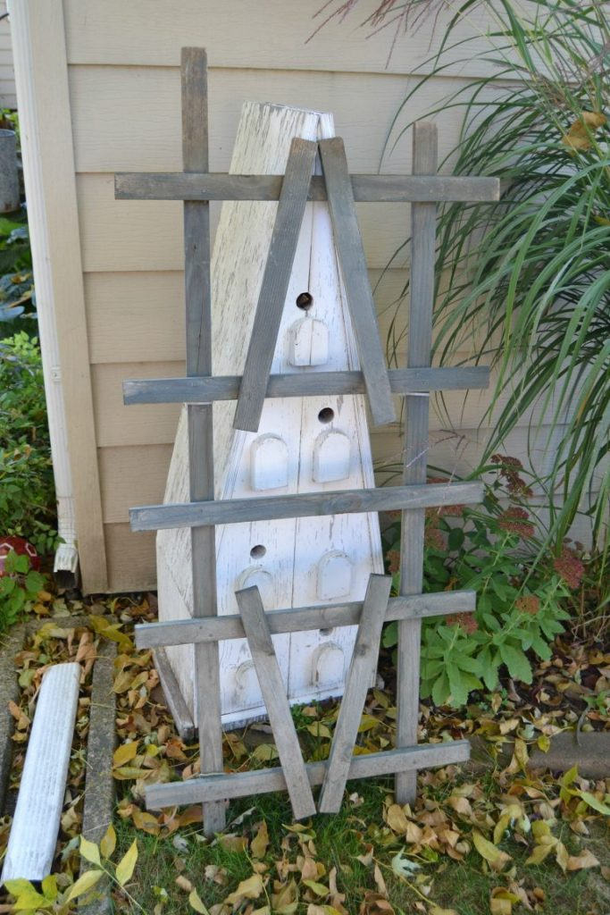 Are you looking for a fun fall sign to add to your home this year? Click over to see how this repurposed fall sign came together from a broken trellis from the yard.