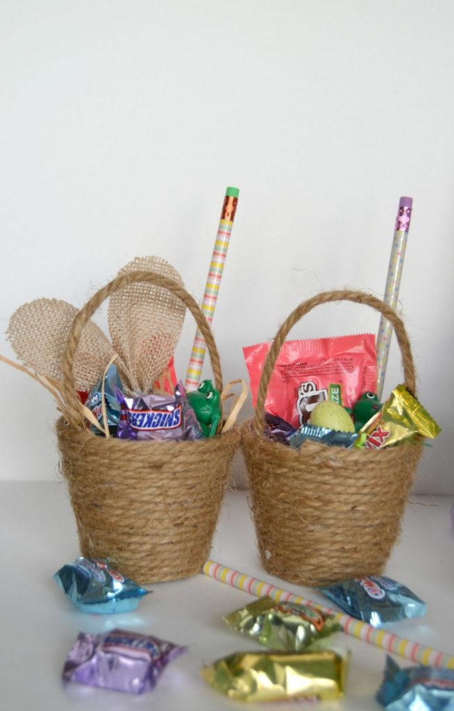 Easter baskets do not have to be expensive store bought versions. Click over to see how easy it is to make mini homemade Easter baskets that you can hand out to family, friends and neighbors this year.